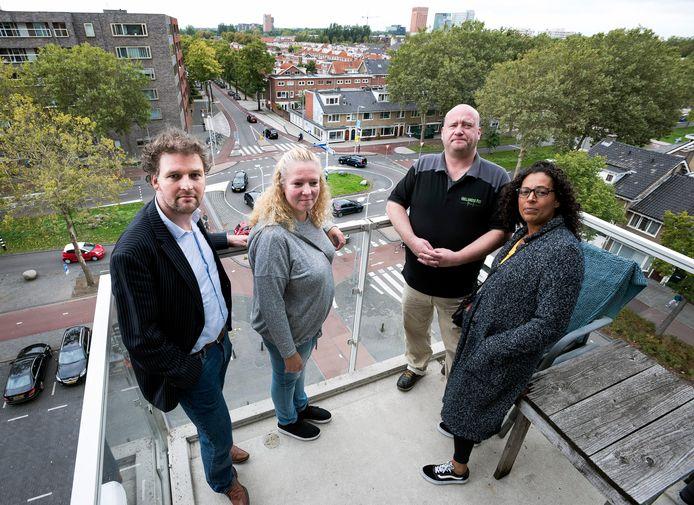 Sander van Waveren (links, CDA) en omwonenden CorrieAnne en Jeanine op het balkon van Jacco bij de rotonde op 't Goylaan waar veel ongelukken gebeuren.
