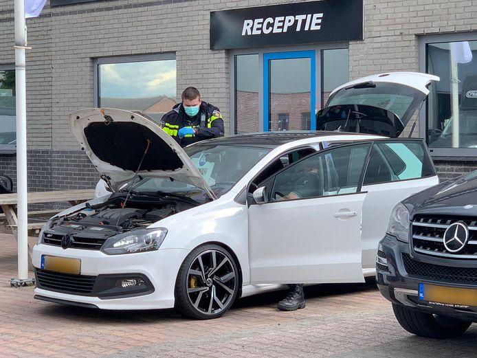 Een auto aan de Industriestraat in Kerkdriel wordt onderzocht.