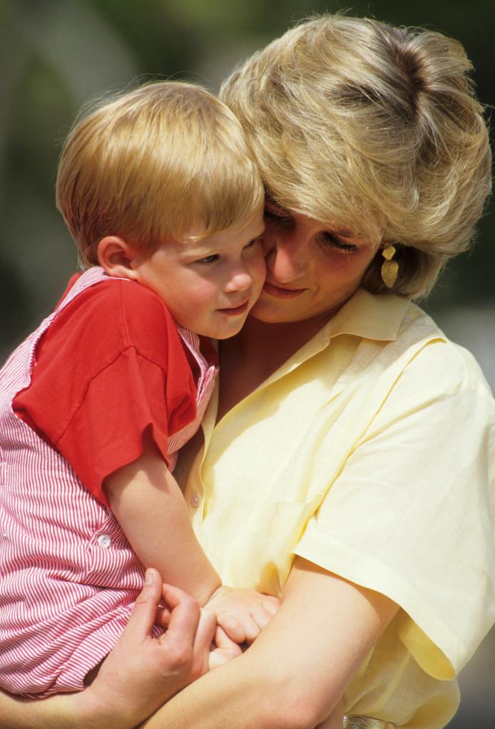 Diana, prinses van Wales, met prins Harry op vakantie in 1987.
