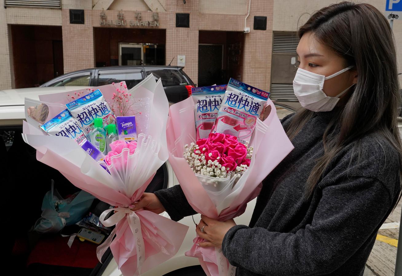 Désinfectant, mouchoirs: les bouquets inventifs ont remplacé les fleurs classiques