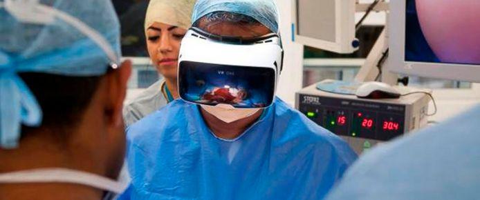 Een chirurg opereert met behulp van virtual reality.