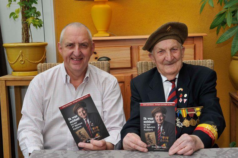 Dorpsgenoot Yves Moermans bij Louis Laeremans met het boek 'Ik was soldaat bij het 2de Bataljon Fusiliers' .