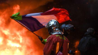 Betoging 'gele hesjes' loopt uit de hand in Parijs: 265 mensen opgepakt, 110 gewonden, plunderingen en auto's in brand gestoken