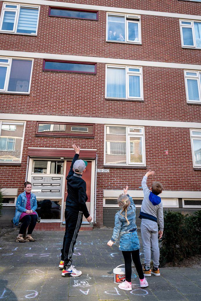 Geraldine Kaaijsteker met haar kinderen bij opa en oma voor de deur.