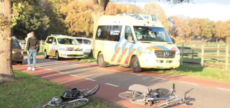 Oudere in bestelbus rijdt twee oudere fietsers in Dalfsen aan