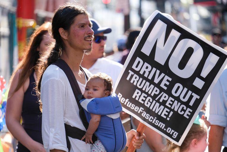 Een man met een protestbord tegen de Amerikaanse regering gisteren in Los Angeles. Het ontslag van Comey deed veel stof opwaaien onder de Amerikaanse bevolking. Beeld AFP