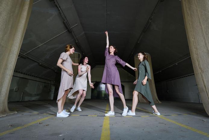 ENSCHEDE - Tess Lucassen (choreograaf) repeteert met drie andere dansers voor KunstenLandschap. Ze voeren aankomend weekend dansvoorstellingen op in de shelter op het vliegveld. (L-R) Elisabeth Kaul, Tess Lucassen, Galina Andreeva en Victoria Schon.