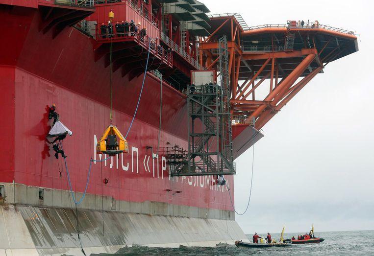 Greenpeace-activisten in actie bij het olieplatform Prirazlomnaya. Beeld EPA