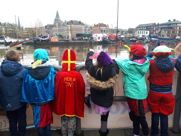 Wachtende kinderen bij de intocht in Woerden