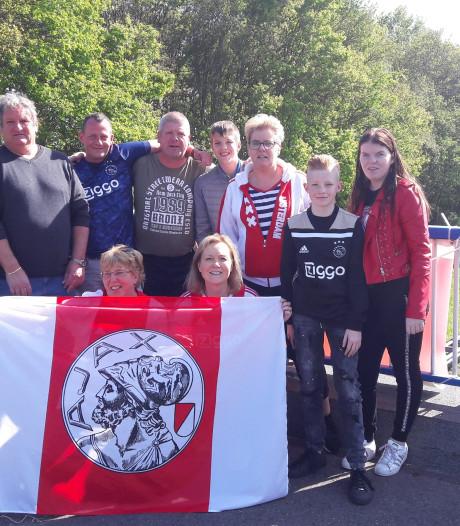 Ajax-fans op viaduct zwaaien hun helden uit: 'Kampioenen!'