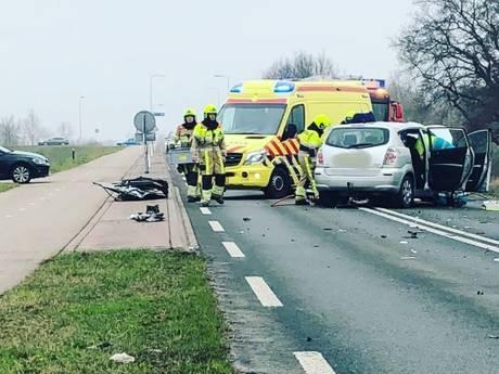 Bestelauto rijdt op verkeerde weghelft op N848, drie gewonden
