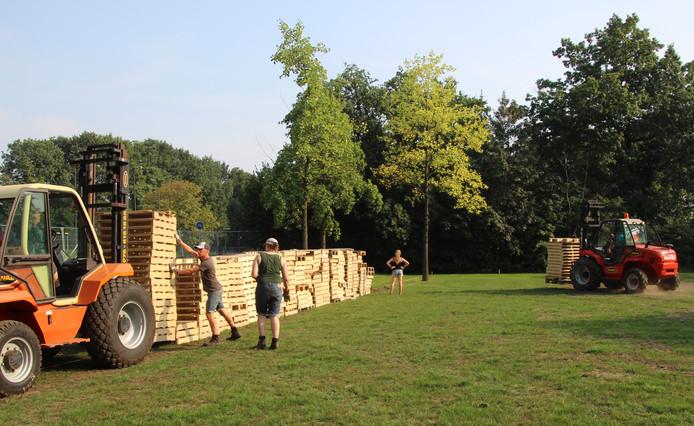 De eerste rij pallets voor het nieuwe systeem bij bouwdorp.