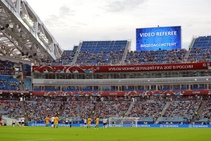 De scheidsrechter bij de Confed Cup heeft de hulp ingeroepen van een videoref. Het publiek ziet dat op grote schermen.