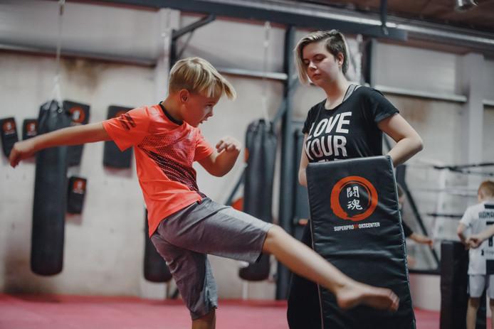 De bokszakken en -matten kregen heel wat stoten en trappen te verduren. De jonge mantelzorgers gingen lekker los tijdens een training bij SuperPro SportCenter in Zevenbergen.