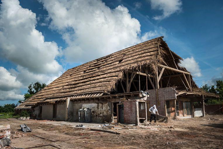 Een boerderij in het Groningse Startenhuizen, dusdanig beschadigd door de aardbevingen dat het wordt gesloopt. Dit is niet de boerderij van boer Kor Kruizenga. Beeld Kees van de Veen