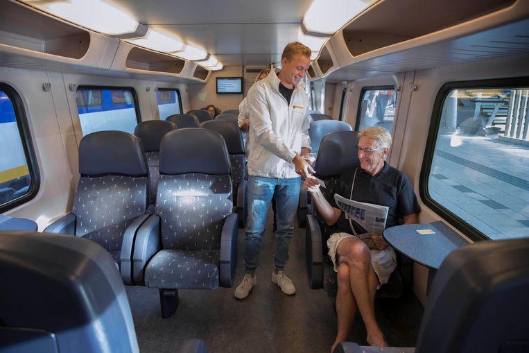 Niels van Harten deelt info-kaartjes uit Beeld Werry Crone