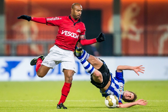 Juanito Sequeira (links) voor Helmond Sport in actie tegen FC Eindhoven.