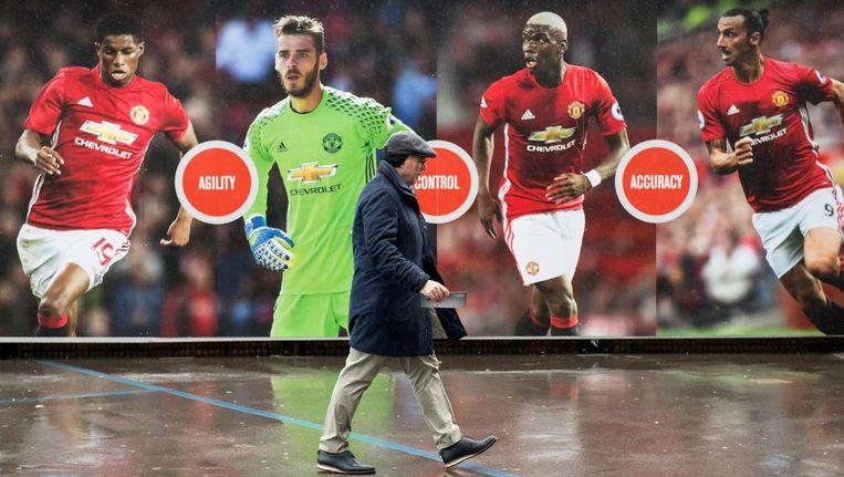 Reclamebord voor Manchester United in een regenachtig Manchester Beeld anp