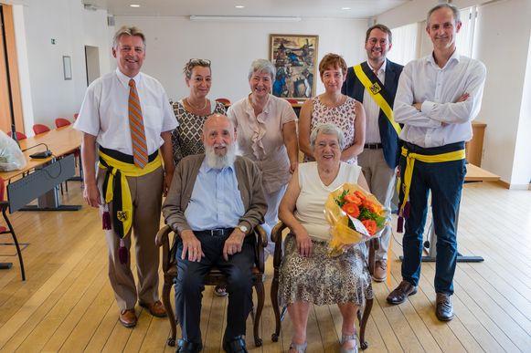 Karel Van Rompaey met zijn vrouw Yvonne Gypen toen ze in de bloemetjes werden gezet voor hun 60 jaar huwelijk.