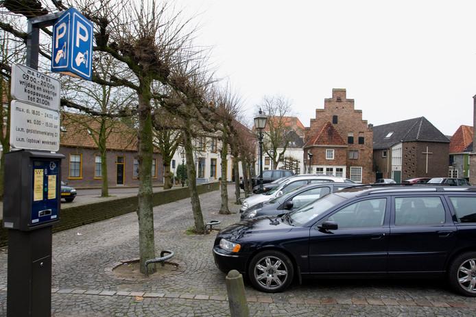 Parkeren in het centrum van Doesburg. De automobilist die niet betaalt kan vanaf 1 januari ook een boete krijgen van een Rhedense opsporingsambtenaar (boa).