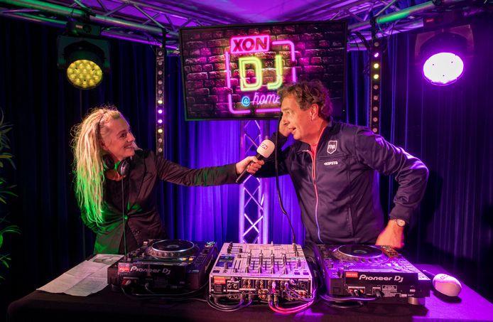 Gastoptreden vrijdagavond van burgemeester René Verhulst bij DJ@Home, links DJ Promiss, bij  Ede TV/XON