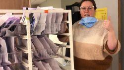 """Inez (46) runt naaiatelier in kelder Sint-Augustinusziekenhuis dat per dag tot 3.000 mondmaskers levert: """"Beter dan thuis zitten piekeren"""""""