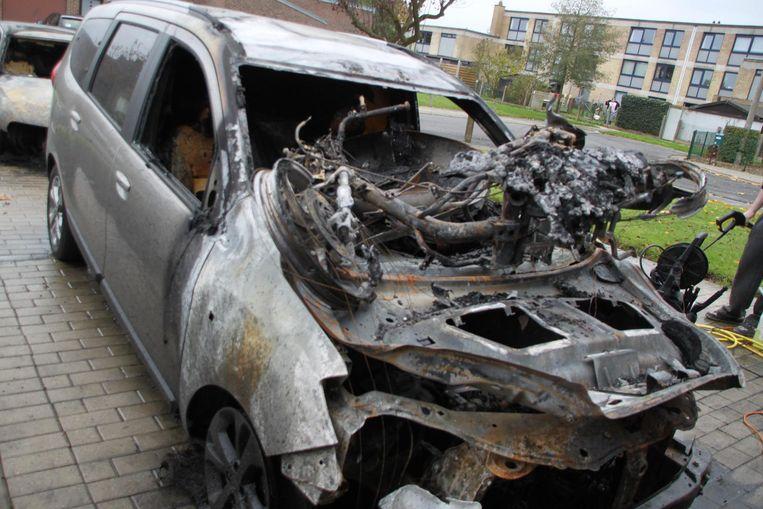De twee auto's en scooter van de vader brandden volledig uit.