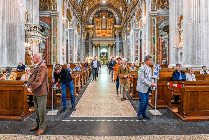 De Basiliek is open, diensten mogen weer gehouden worden. Maar...op anderhalve meter van elkaar. Dan mogen er maximaal 100 in de kerk.