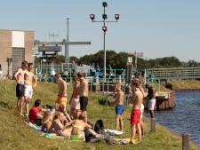 Jongeren zoeken verkoeling aan oever van de Eem: 'Ik laat mijn handdoekje liggen'
