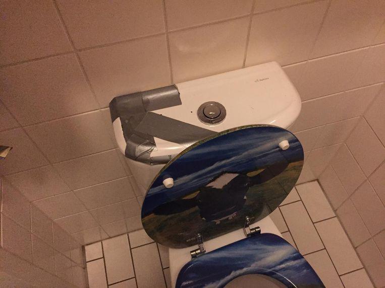 De spoelbak van een wc die met gaffertape bij elkaar wordt gehouden Beeld Hans Aarsman