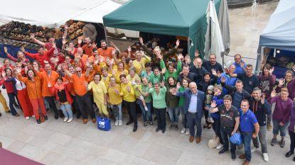 Stadspersoneel en politici vormen regenboog op Internationale Dag tegen Homofobie en Transfobie in Oudenaarde
