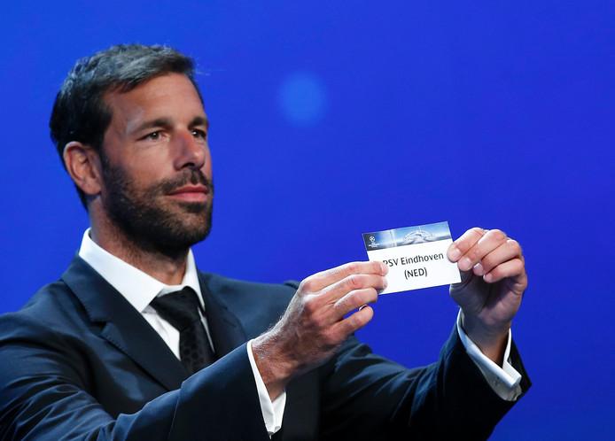 Ruud van Nistelrooy verricht de loting van PSV