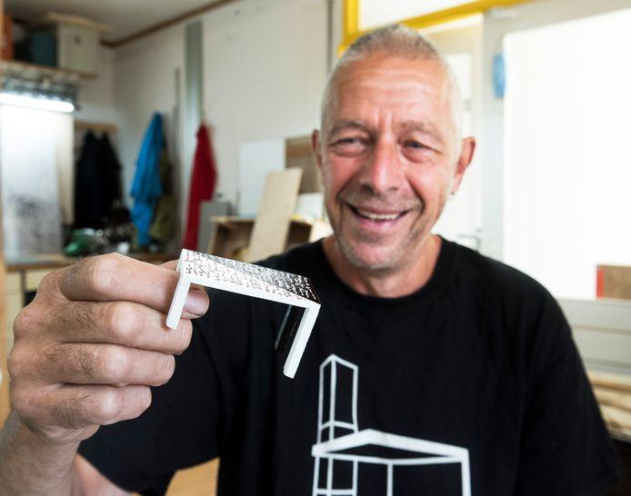 Kunstenaar Roel Berg met een miniatuur van zijn winnende ontwerp.