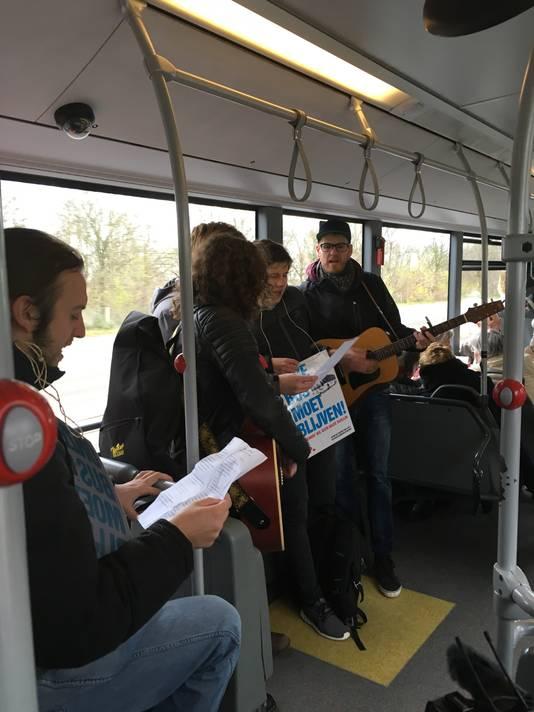 Protestnummers in lijn 4 vanuit Aldenhof