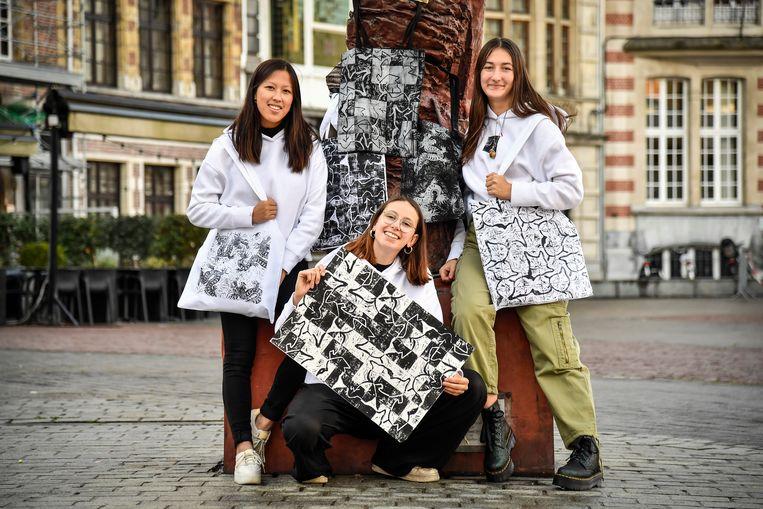 Dzinh De Blende uit Dendermonde, Irini Raemaekers en Emilie Pinxten, drie studenten architectuur aan het Sint-Lucas in Gent, pakken uit met originele tote bags voor het goede doel.