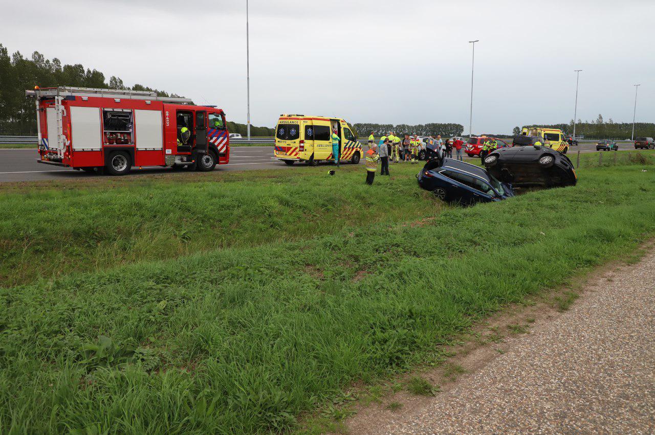 De auto's in de greppel langs de A2 bij Enspijk.