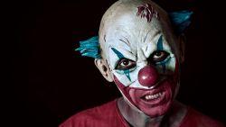 Als 'scary clown' met nepwapen passanten schrik aanjagen: YouTuber staat terecht voor verboden wapendracht en bedreigingen