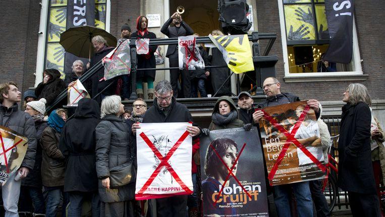 De regisseurs protesteren voor het pand van het Mediafonds. Beeld ANP