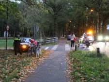 Fietsster geschept door auto op kruising in Baarn