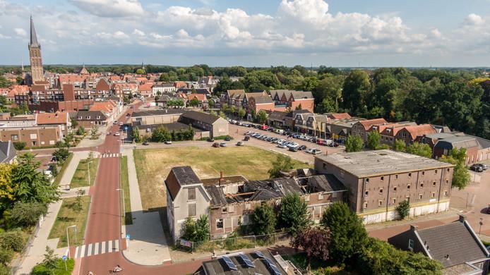 Het voormalige Welkooppand (op de voorgrond) is de spil in een impasse tussen de pandeigenaar en de gemeente Steenwijkerland bij de ontwikkeling van deze bouwlocatie.