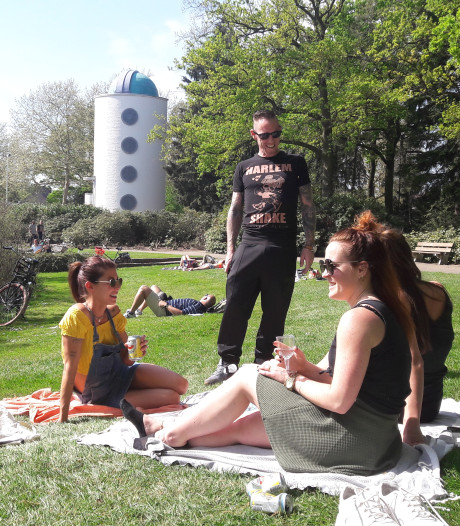 Op een lome lentedag kletsen in het Stadswandelpark