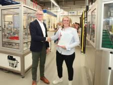 Anouk Schoonbeek uit Wierden haalt als eerste vrouw monteursdiploma bij REMO in Rijssen