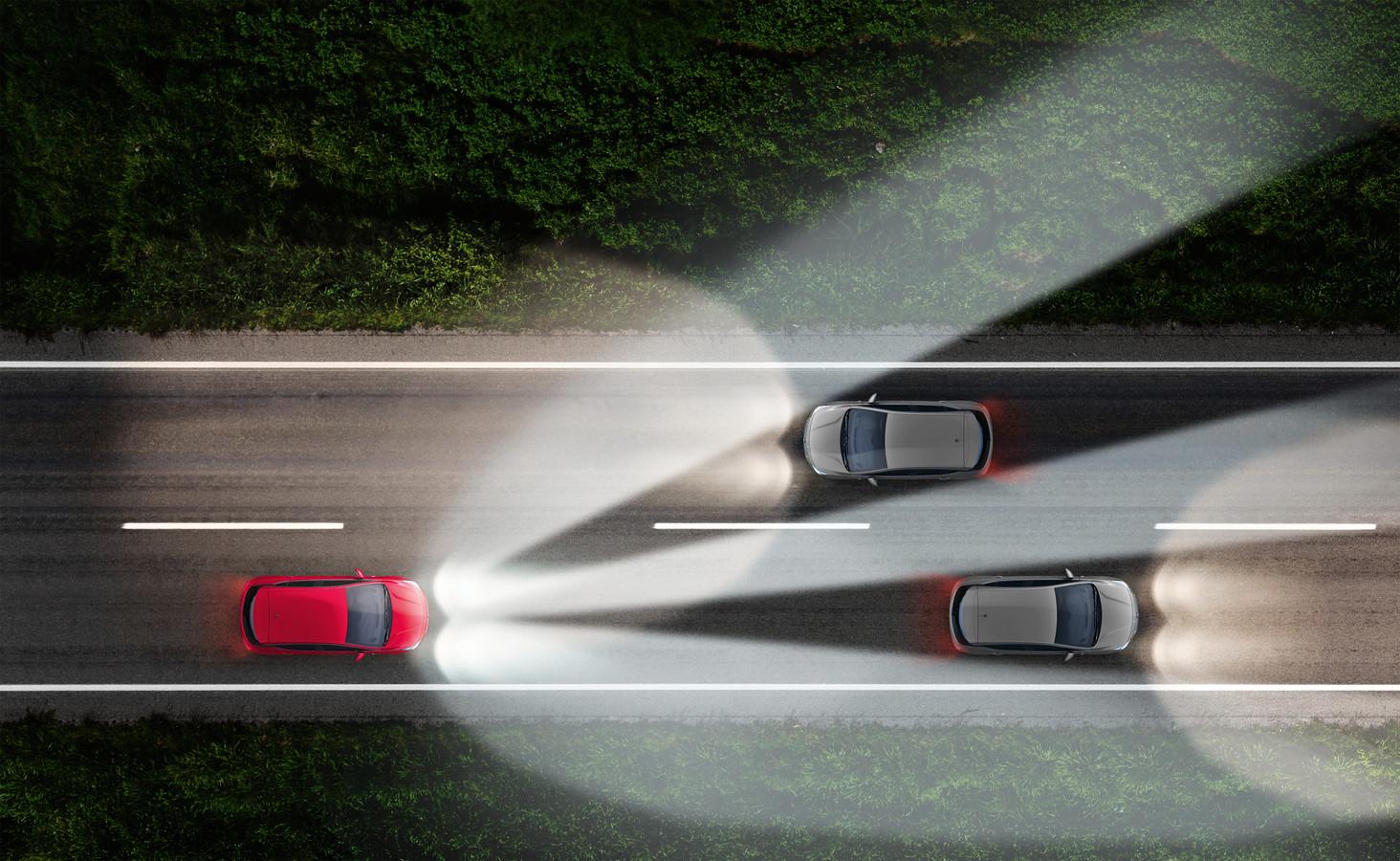 De IntelliLUX Matrix-verlichting detecteert met een camera tegenliggers, waarbij het lichtbeeld wordt 'onderbroken' voor tegemoetkomend verkeer.