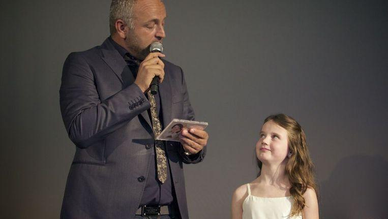 Amira krijgt het eerste exemplaar van haar album overhandigd door zanger Gordon Beeld anp