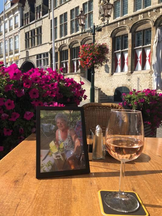 Als Ruud nu uit eten gaat, zet hij het portret van Marijke tegenover zich, glaasje wijn ervoor.