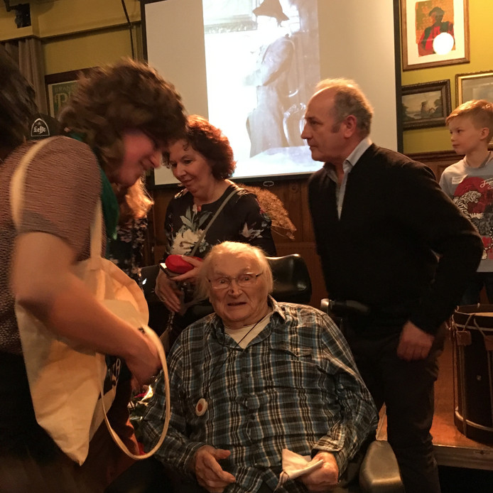 Jan Naaijkens viert zondagmiddag in de Gouden Carolus in kleine kring zijn 100e verjaardag.