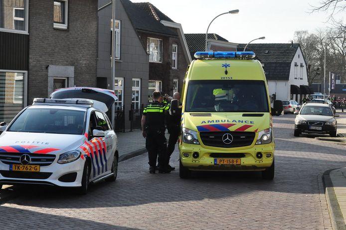 Een ambulance op de plaats waar de politie kort daarvoor meerdere schoten heeft gelost.