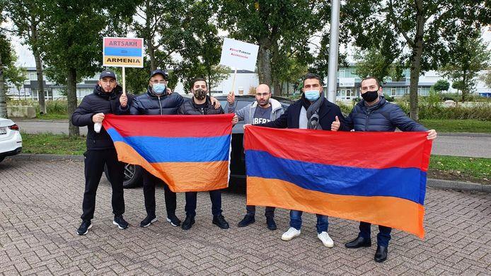 Een aantal van de betogers met Armeense vlaggen.