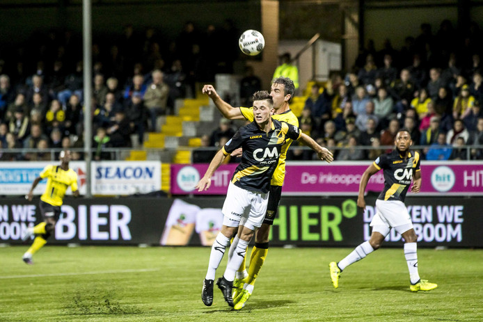 Bart Meijers in duel met Ralf Seuntjens: Erin, eruit en tegen VVV toch weer terug in het elftal. De boodschap is binnengekomen.