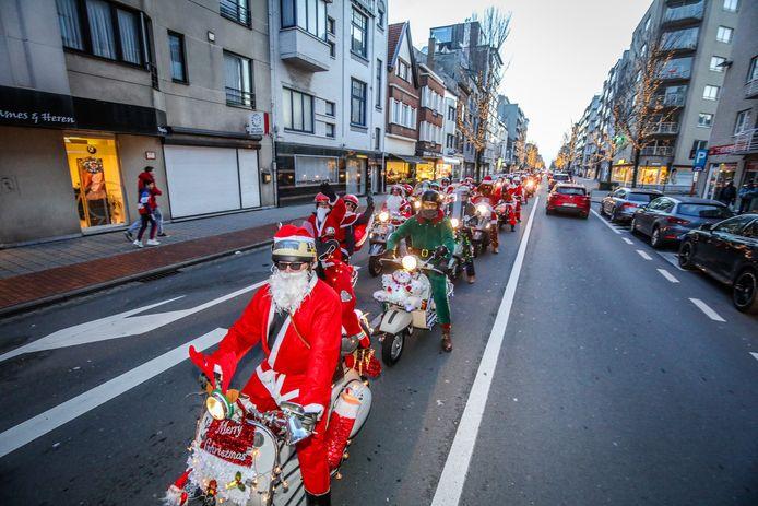 Zaterdag om 14.45 uur vertrekken de verlichte Vespa's voor een rondrit door Oostende. Om 18.30 uur komen ze langs op de kersthappening op het Canadaplein.
